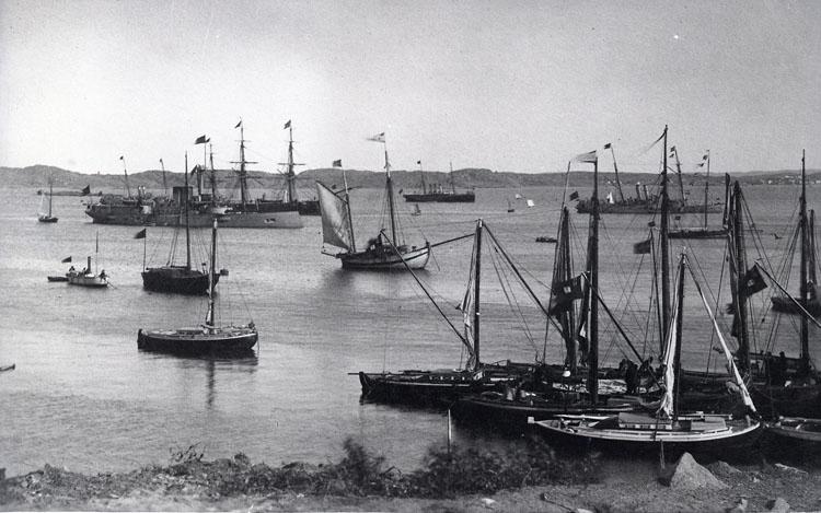 Fartyg och båtar på redden utanför Lysekil