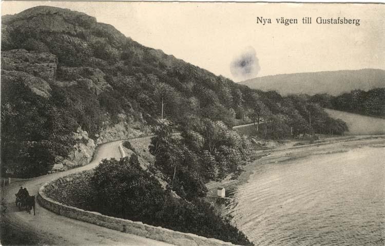 """Tryckt text på vykortets framsida: """"Nya vägen till Gustafsberg."""""""
