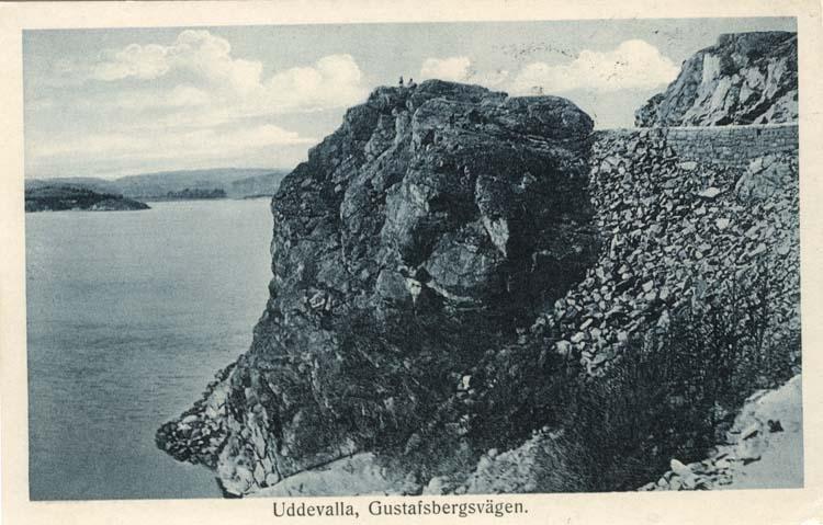 """Tryckt text på vykortets framsida: """"Uddevalla, Gustafsbergsvägen."""""""