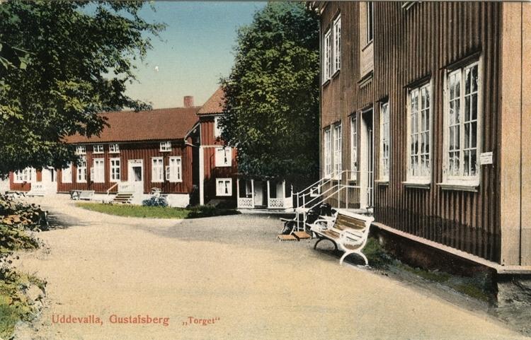 """Tryckt text på vykortets framsida: """"Uddevalla Gustafsberg Torget.""""  ::"""