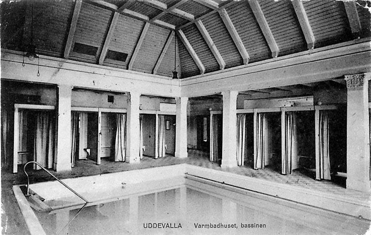 """Tryckt text på vykortets framsida: """"Uddevalla. Varmbadhuset, bassinen"""""""