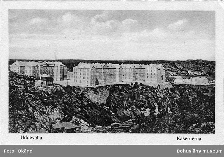 """Tryckt text på vykortets framsida: """"Uddevalla, Kasernerna."""""""