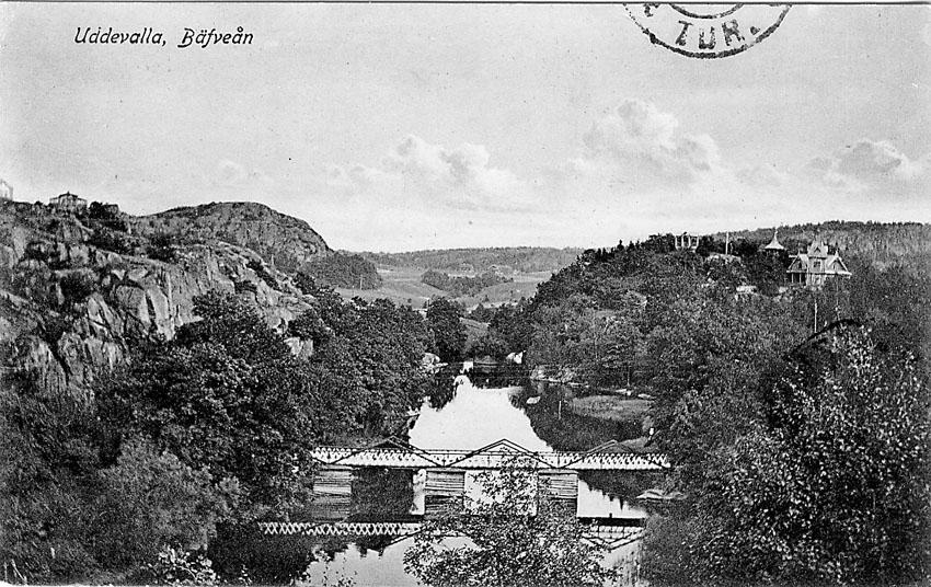 """Tryckt text på vykortets framsida: """"Uddevalla. Bäfveån"""".    ::"""