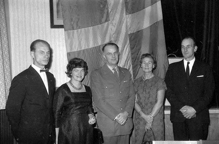 """Enligt fotografens notering: """"Hemvärnsjub. 1966. Fr.v. Olof Likander, Smögen, Birgit Lysell, Kn, Sigurd Möller U-a, Doris Henriksson, Smögen, Elis Malsa, Hamburgsund""""."""