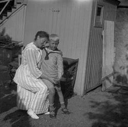 Fru Alida Edman med sonen Tore