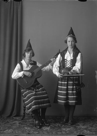 """Enligt fotografens noteringar: """"Möe 1926. Skomakare Stenhårds döttrar."""""""