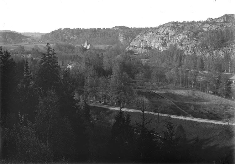 """Enligt fotografens noteringar: """"Vy över Kvistrum, Tingshuset, taget från Frötorp."""""""
