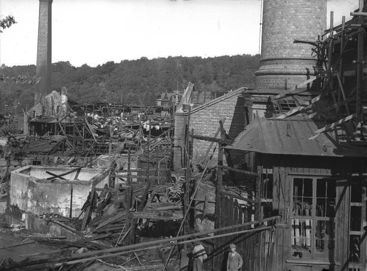 """Enligt fotografens noteringar: """"Eldsvådan vid Munkedals fabrik 1923."""""""