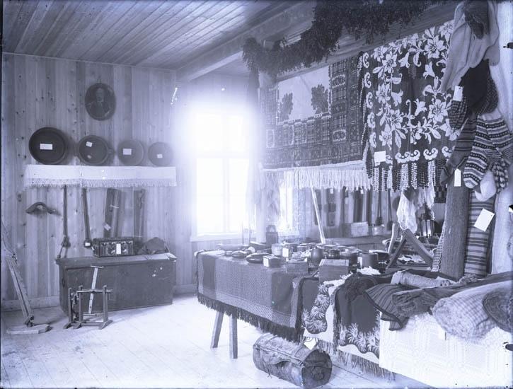 """""""Kleberg Utställning af gamla vävnader omkring år 1924 vid slöjdlokalen i Munkedal. Doktor Sundberg."""""""