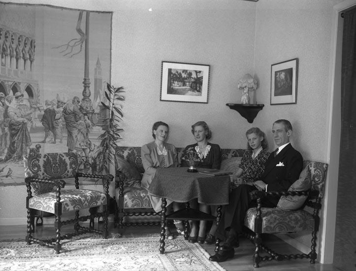 """Enligt medföljande noteringar: """"1944. 21. Familjen V. Lundberg, Munkedal."""" Valter Lindeberg enligt uppgift från Munkedals hembygdsförening."""