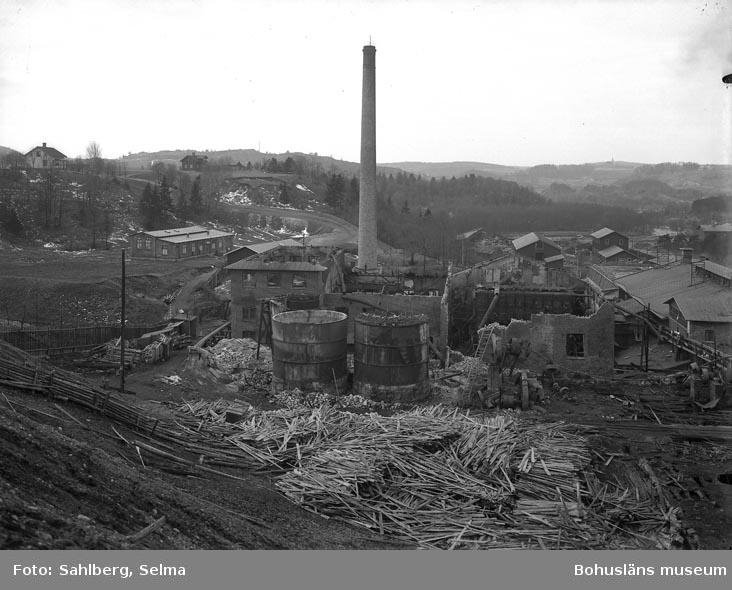 """Text som medföljde bilden: """"Äfter en eldsvåda i Munkedals fabrik."""""""