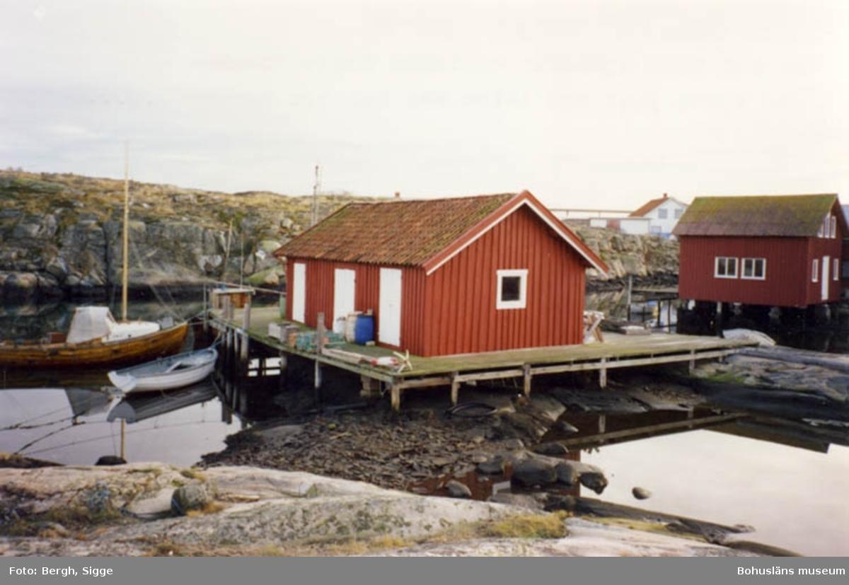 "Enligt text på fotot: ""Calle Schewens"" sjöbod jan 91 Han son ägde sjöboden kallades Calle Schewen efterson han sjöng just den låten när han var berusad...""."