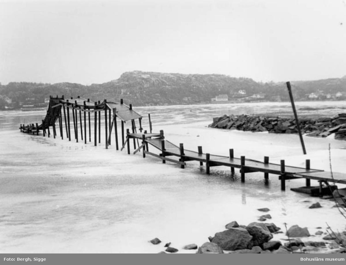"""Enligt text på fotot: """"Vintern 1987 isen har lyft bryggan vid Bottnafjorden Bovallstrand""""."""