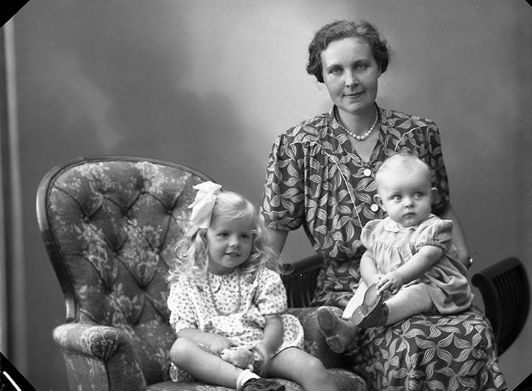 """Enligt fotografens journal nr 7 1944-1950: """"Andersson, Fru Astrid Röd Varekil""""."""