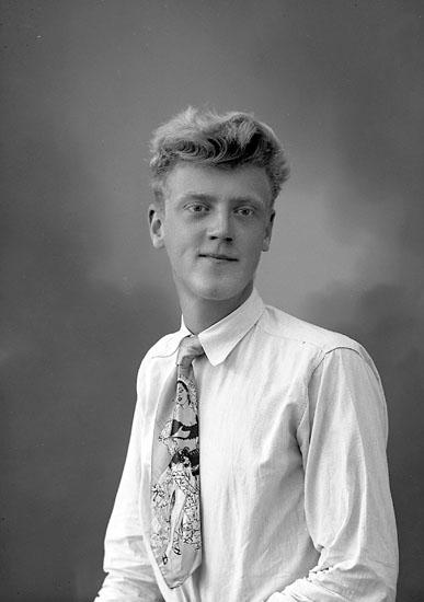 """Enligt fotografens journal nr 8 1951-1957: """"Bernhardsson, Leif Stenungsund""""."""
