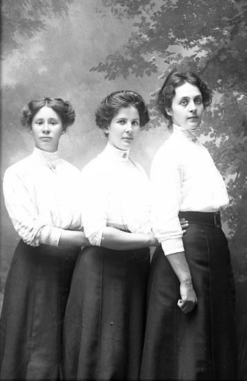 """Enligt fotografens journal Lyckorna 1909-1918: """"Eliasson, Meli Kåröd Stillingsön""""."""