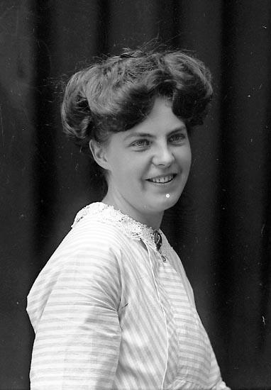 """Enligt fotografens journal Lyckorna 1909-1918: """"Svanberg, Fru""""."""