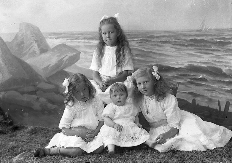 """Enligt fotografens journal nr 3 1916-1917: """"Magnusson, Amanda Fru Nösnäs""""."""