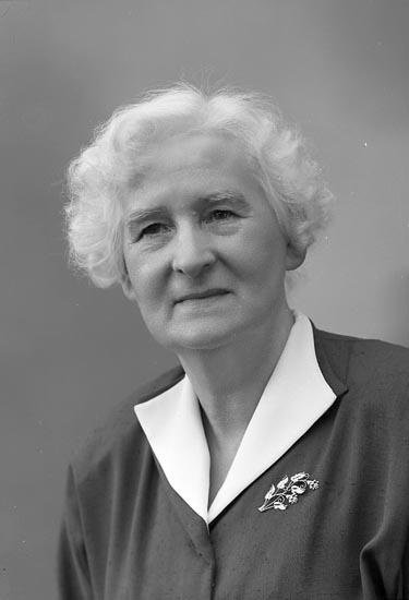 """Enligt fotografens journal nr 8 1951-1957: """"Johansson, Fanny Fru Bergalid Här""""."""