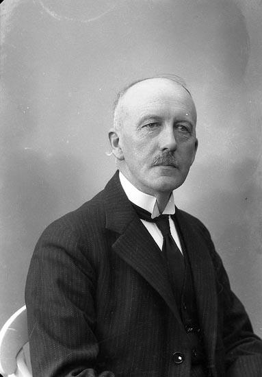 """Enligt fotografens journal nr 6 1930-1943: """"Parker, Kamrer Ernst Stenungsund""""."""