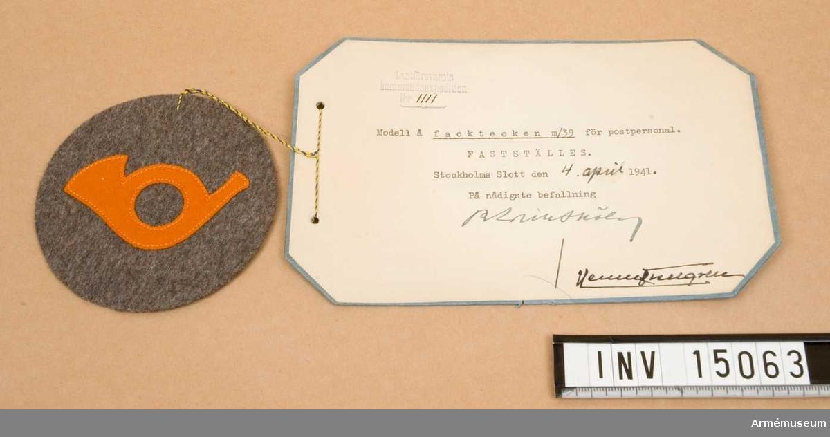 Grupp C I.  Modell å facktecken m/1939 för postpersonal fastställes. Stockholms slott den 4. april 1941. Lantförsvaret kommandexpedition nr 1111.