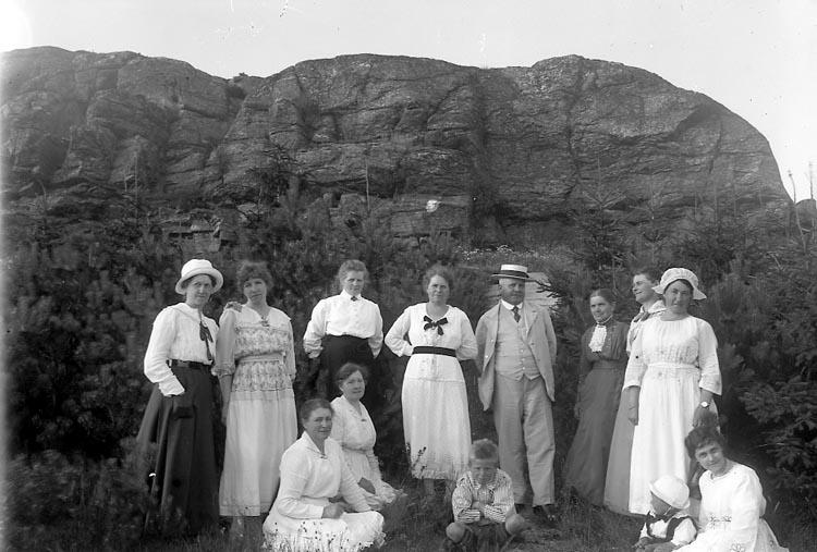 """Enligt fotografens journal nr 4 1918-1922: """"Barneys familj Här""""."""