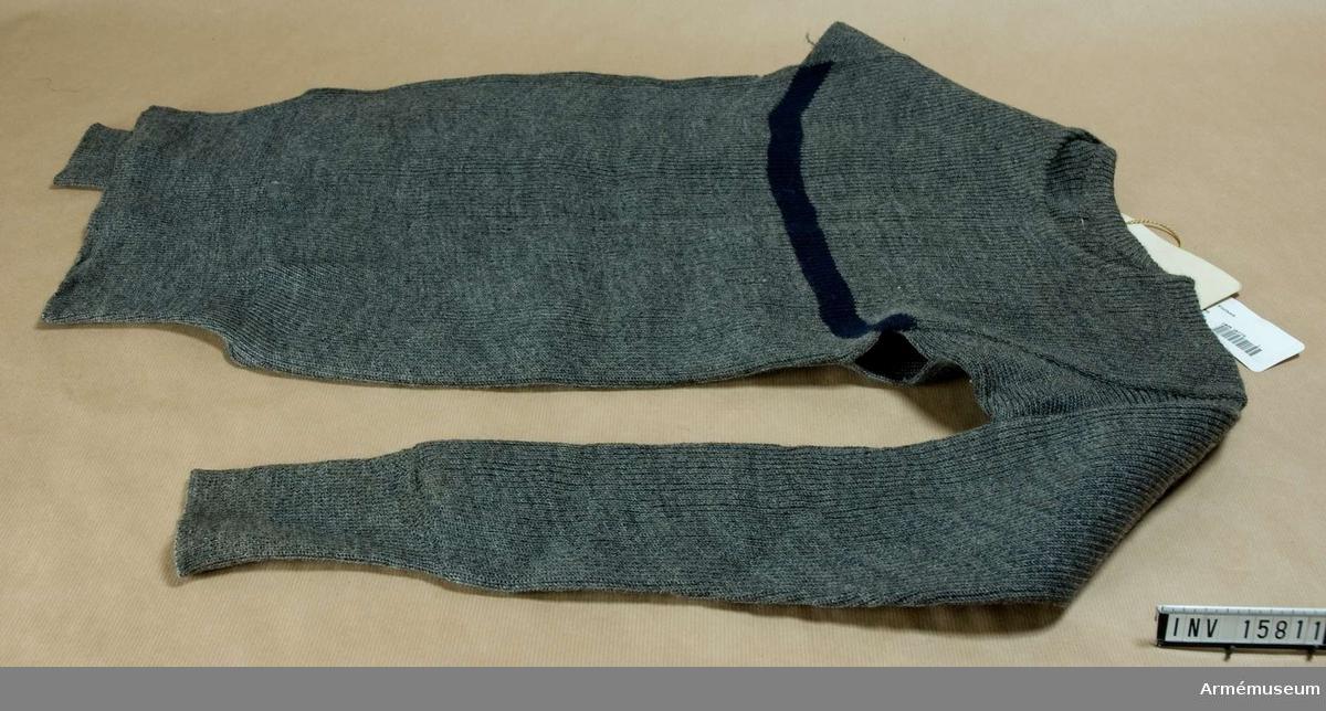 Grupp C. Ylletröja av grått helylle med långa ärmar. Tvärs över bröstet en 3 cm svart rand (speciell anmärkning för militära tröjor).