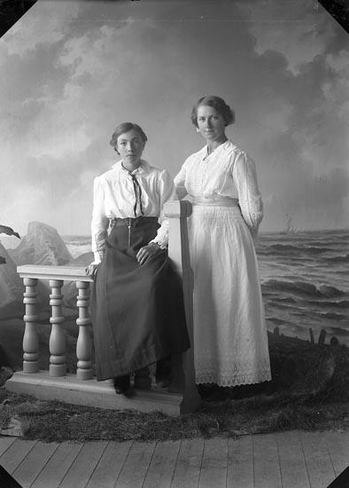 """Enligt fotografens journal nr 3 1916-1917: """"Larsson, Margot Uteby Hjälteby""""."""