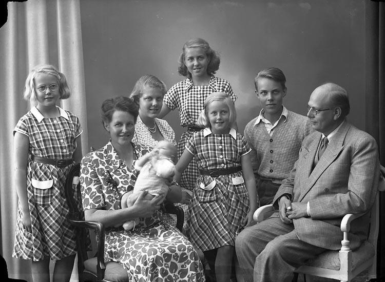 """Enligt fotografens journal nr 8 1951-1957: """"Törnqvist, Komminister Bertil Gbg""""."""