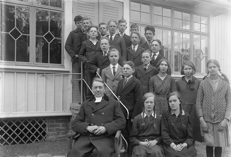 """Enligt fotografens journal nr 6 1930-1943: """"Läsbarnen, Prosten Franck, Ödsmål""""."""