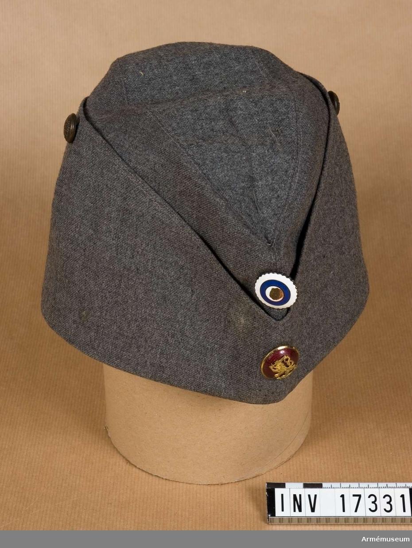 Grupp C I. Ur uniform för general vid infanteriet, Finland.  Buren av general Ernst Löfström, född 1865. Fältmössa av grå kläde. Båtmodell.