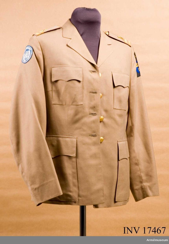 Grupp C I. Ur tropikuniform m/1969 för kvinnlig personal (löjtnant), FN.