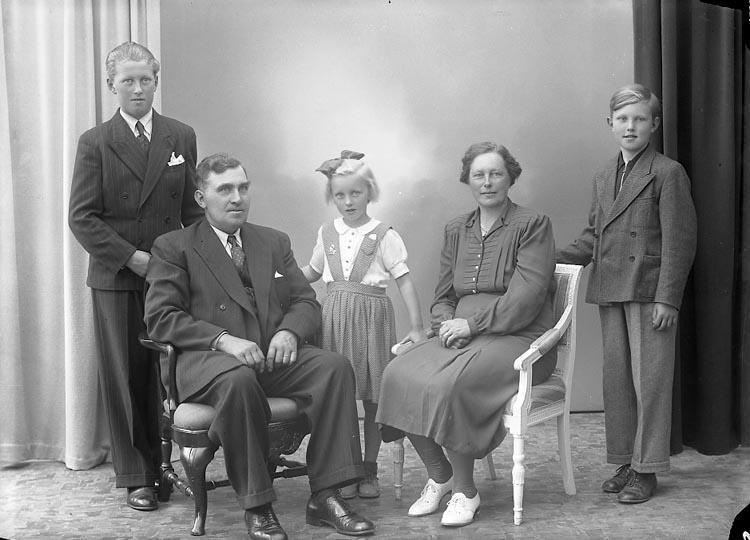 """Enligt fotografens journal nr 7 1944-1950: """"Alfredsson, Karl Jäger""""."""