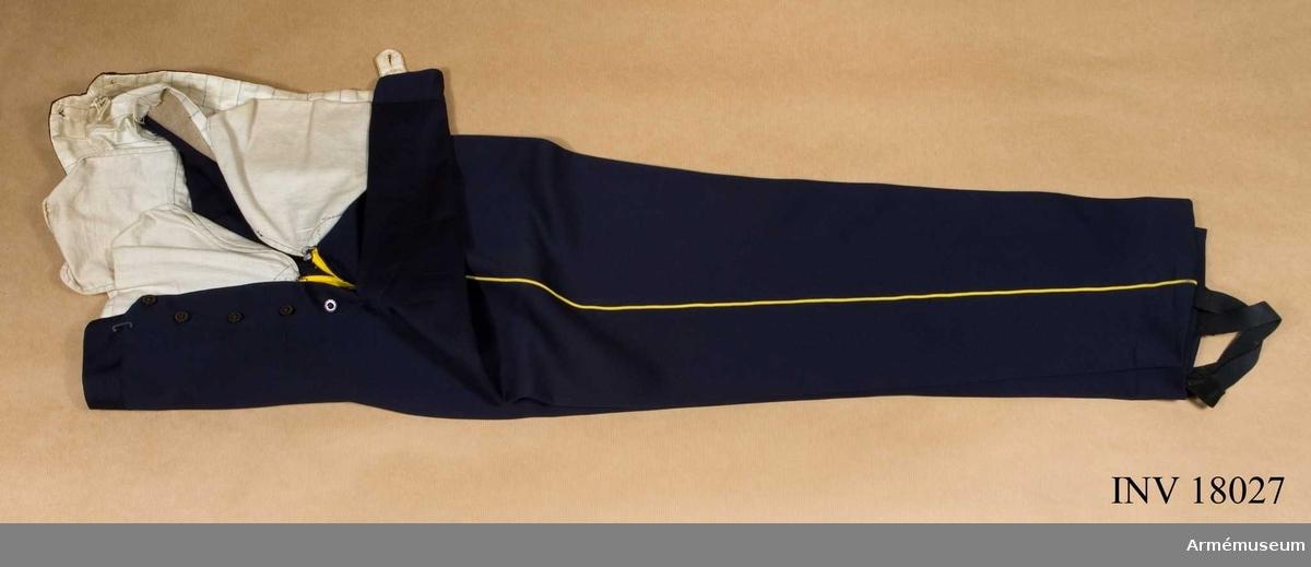 Grupp C I. Ur uniform m/1866 för kapten vid Dalregementet bestående av vapenrock m/1886 och långbyxor och mössa m/1865-99 med vaxduksfodral. Buren av givaren.