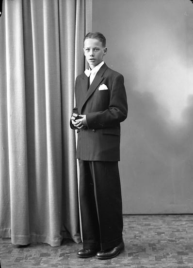 """Enligt fotografens journal nr 7 1944-1950: """"Ahlqvist, Karl Bruno Här""""."""