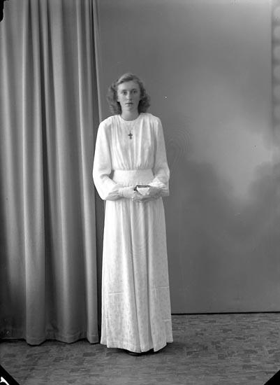"""Enligt fotografens journal nr 7 1944-1950: """"Johansson, Edna, Nöteberg, Svanesund""""."""