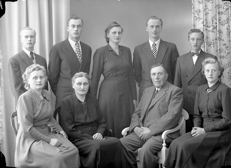 "Enligt fotografens journal nr 8 1951-1957: ""Adielsson, Herr Gustaf Släbo, Kode""."
