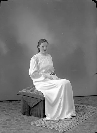 """Enligt fotografens journal nr 6 1930-1943: """"Axelsson, Irma Hasselbacken Svenshögen""""."""