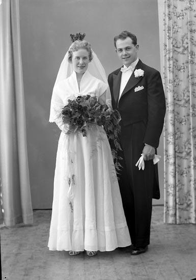 """Enligt fotografens journal nr 8 1951-1957: """"Eriksson, Herr Bengt, Aprilg. 80, Gbg N""""."""