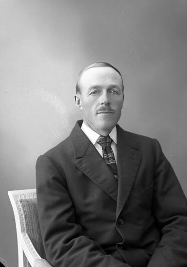 "Enligt fotografens journal nr 5 1923-1929: ""Berntsson, Anders Gilltorp, Jörlanda""."