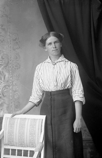 """Enligt fotografens journal Lyckorna 1909-1918: """"Johansson, Hulda Dyrhufvud, Ljungskile""""."""