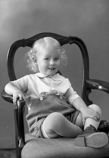 """Enligt fotografens journal nr 6 1930-1943: """"Olsson, Nils Säfvelycke, Jörlanda""""."""