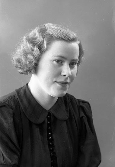 """Enligt fotografens journal nr 6 1930-1943: """"Johansson, Fr. Gunvor Starkärr, Ödsmål""""."""