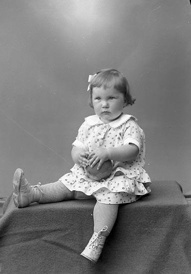 "Enligt fotografens journal nr 6 1930-1943: ""Aronsson, Maj Britt Kopper Stenungsund""."
