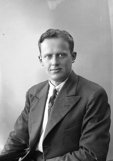 """Enligt fotografens journal nr 6 1930-1943: """"Andersson, Herr Olle Järnvägen Här""""."""