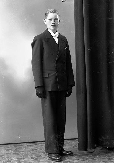 """Enligt fotografens journal nr 6 1930-1943: """"Karlsson, Sixten Korsgård, Ödsmål""""."""