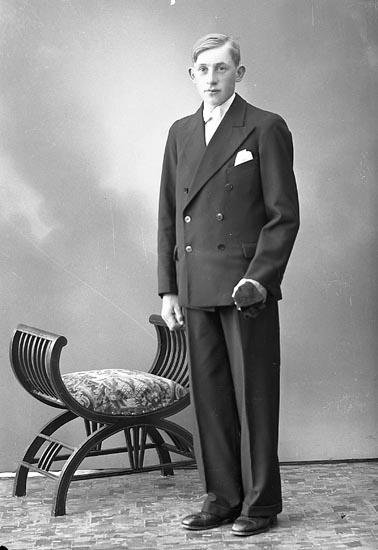 """Enligt fotografens journal nr 6 1930-1943: """"Hermansson, Roland Berg Ödsmål""""."""