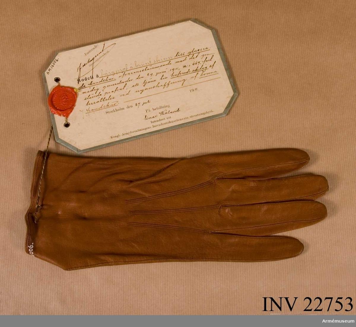 Grupp C I. Färgprov m/1911 å brunt skinn / högerhandske / till glacerade handskar, att tjäna till huvudsaklig efterrättelse vid anskaffning av bruna handskar. Färgprov m/1911, handskar, Norrbottens reg.