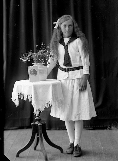 """Enligt fotografens journal nr 4 1918-1922: """"Pettersson, Anna Höviksnäs""""."""