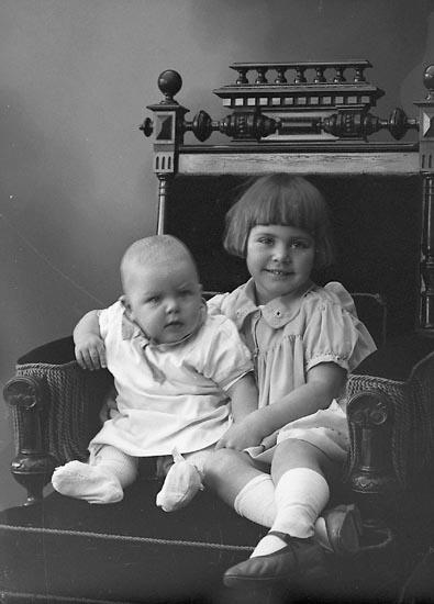 """Enligt fotografens journal nr 6 1930-1943: """"Karlsson, Irene o Jan Här""""."""